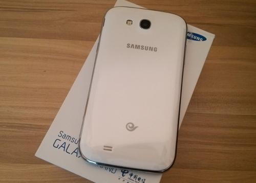 手机前置一枚   性能方面, 三星i879采用了的是 android 4.